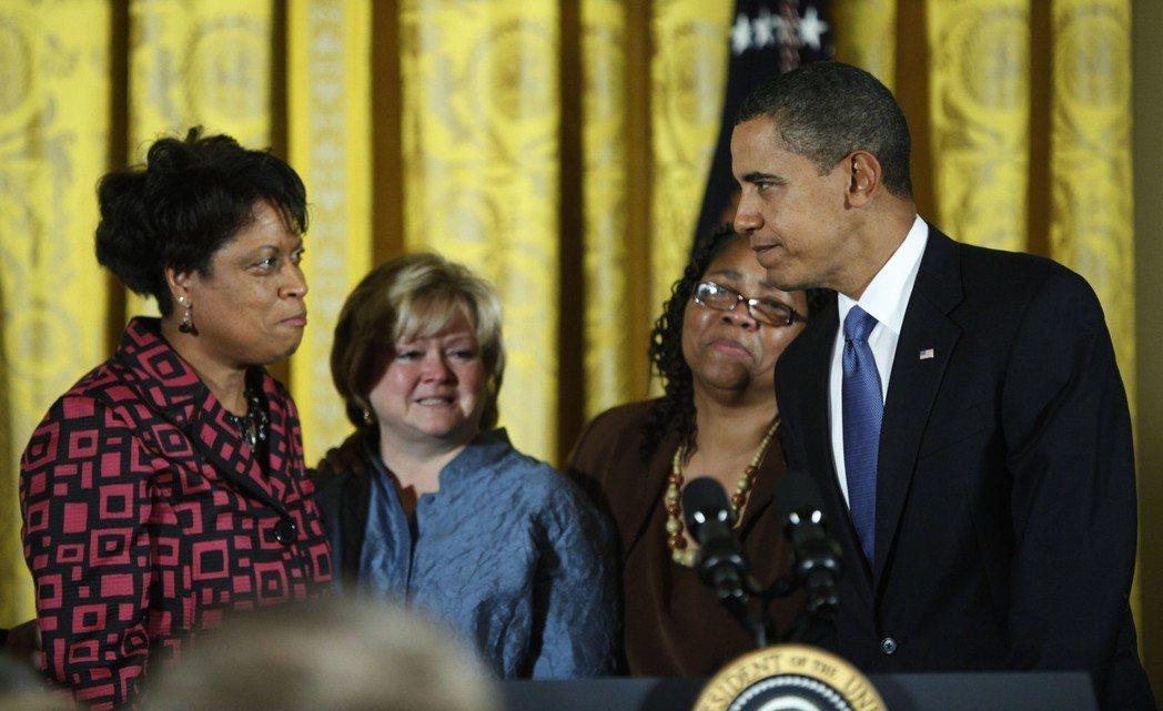 直到2009年,時任總統歐巴馬簽署通過聯邦層級的仇恨犯罪防止法,並以謝巴德和伯德...