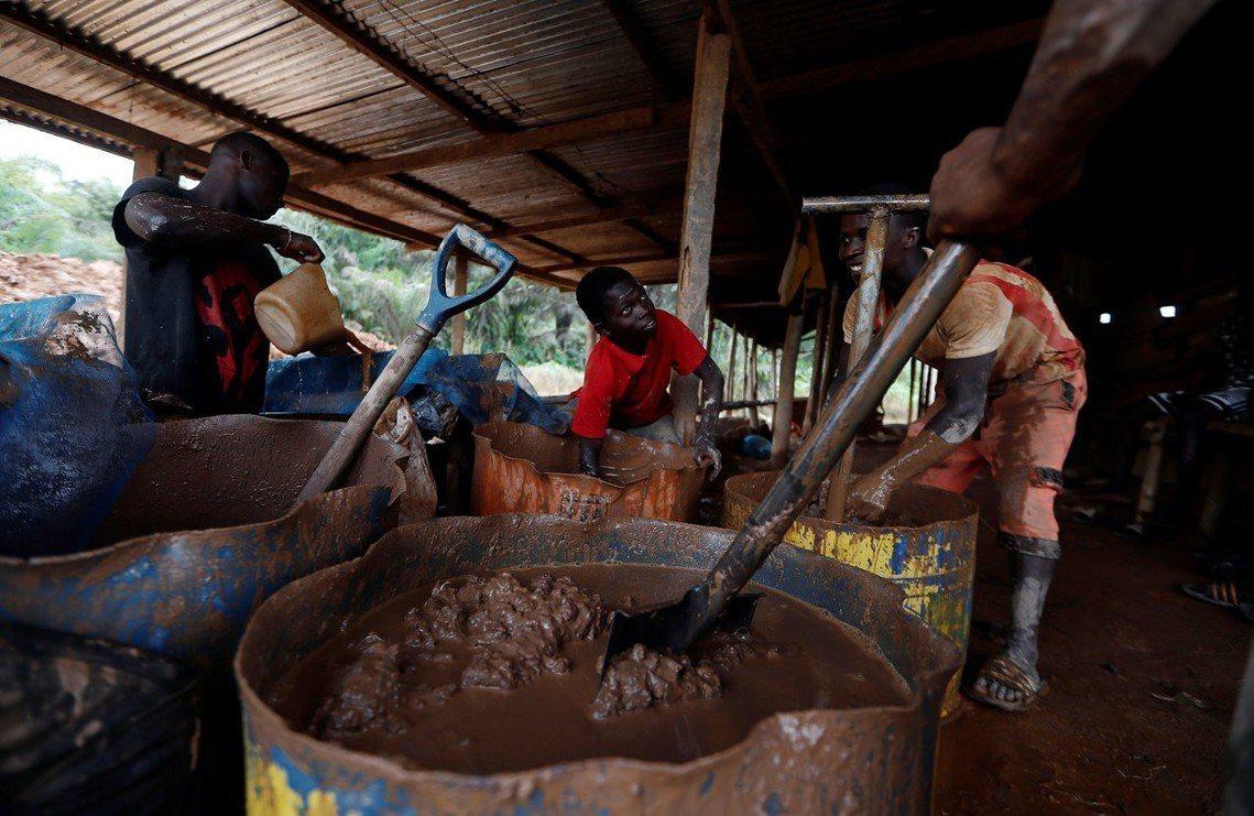 這類礦工小戶由於挖礦工具簡陋、勞動環境與條件惡劣,加上受雇開挖的礦場並未得到政府...