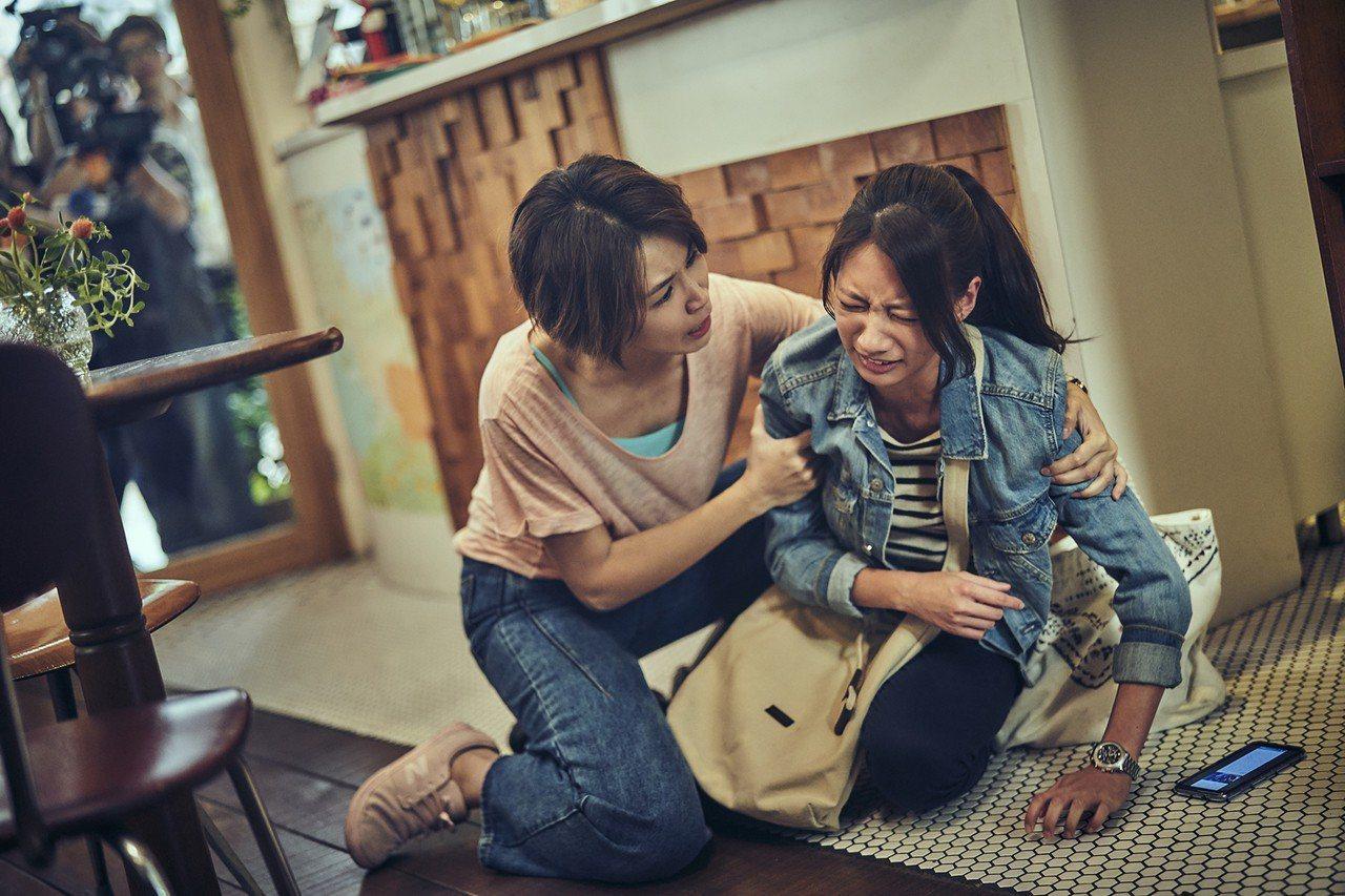 曾沛慈(左)與陳妤在「我們與惡的距離」的飲料店場景。圖/公視提供