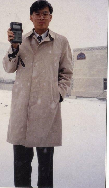 陳其邁秀出23年前的車諾比考察照,許多人認為年輕時的陳其邁酷似台語歌手陳雷。圖擷...