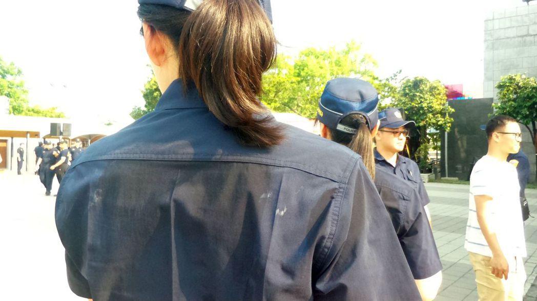 警察藏青色新制服,在南台灣頂著烈日服勤,就算女警也汗流浹背,而且易出現白色汗漬。...