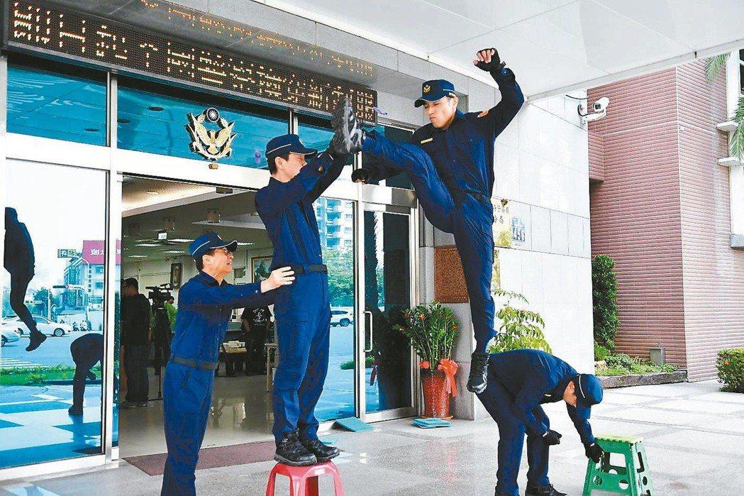 台中市第六警分局特安排三位擁有跆拳道經驗的警官,以迴旋踢、騰空飛踢等大幅度動作,...