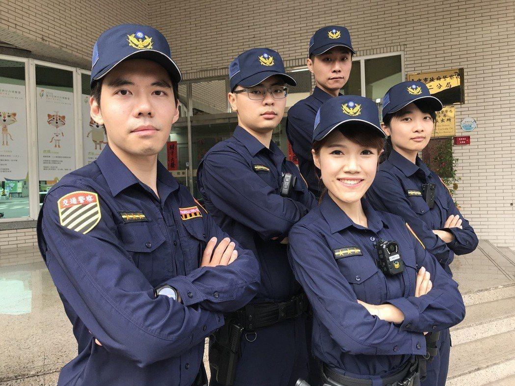 民眾可從警察新式制服的臂章輕鬆辨識交通警察(左一)與行政警察。 圖/聯合報系資料...