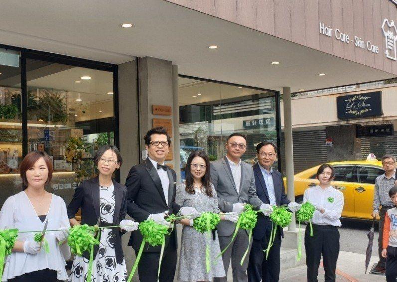 綠色髮妝品牌歐萊德大安店開幕,剪綵的綵帶也獨創使用綠色的品牌禮物緞帶,讓人會心一...