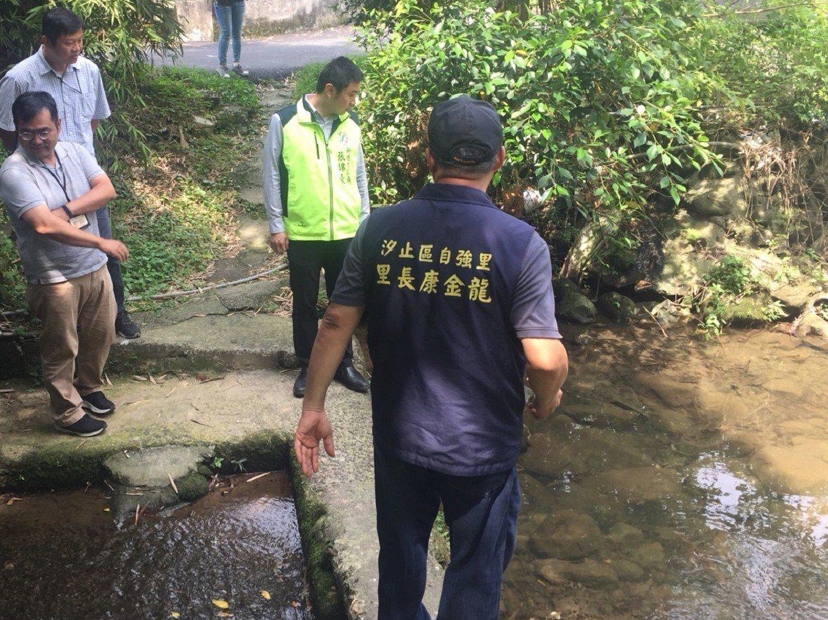 汐止區智慧溪中游出現淘空的情況,市議員張錦豪會勘,也決定石砌護岸要在五月底施作完...