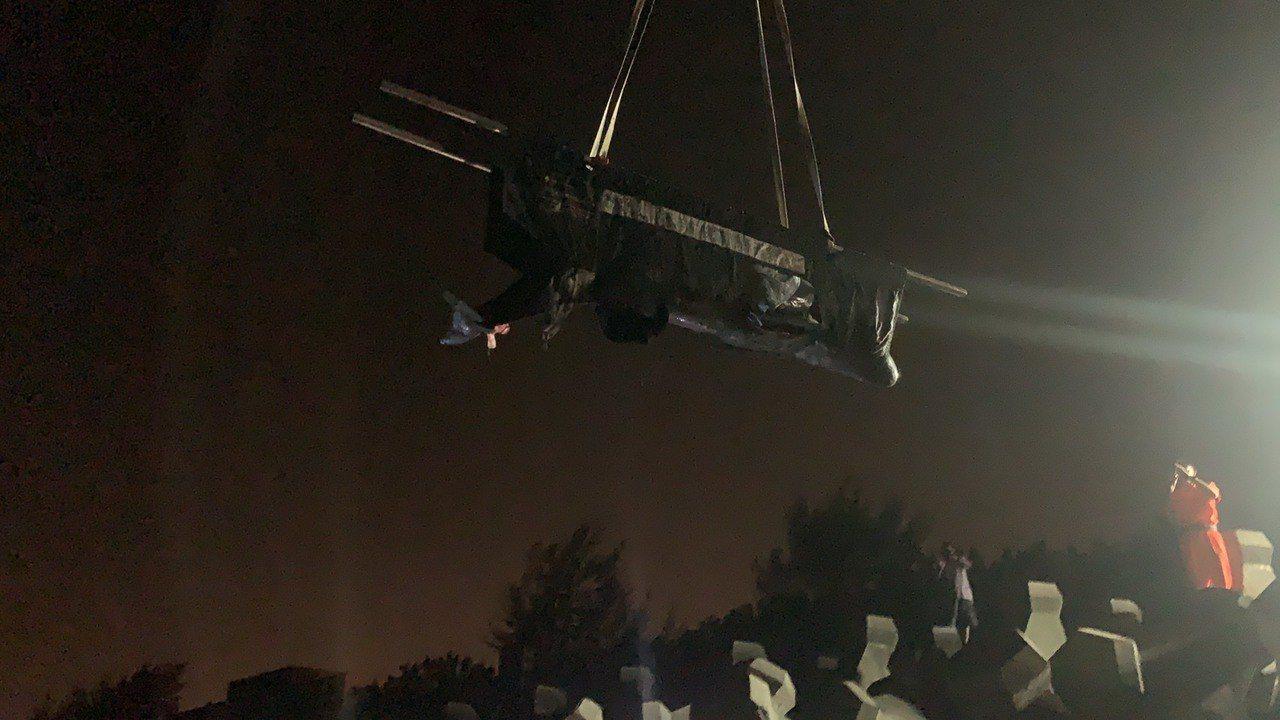 今天凌晨救援人員開始吊掛擱淺虎鯨。記者林保光/翻攝
