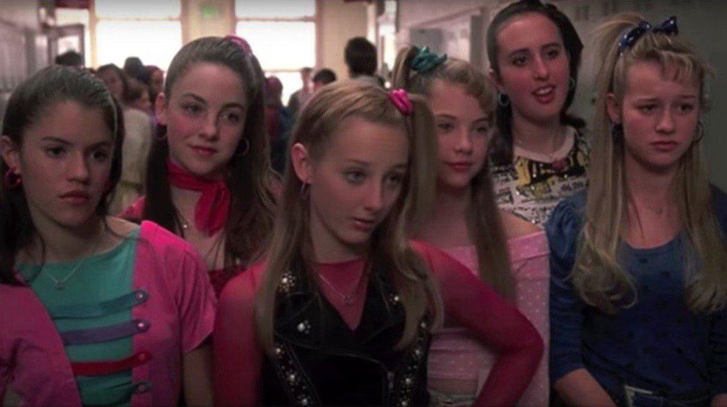 布麗拉森(右一)小時候在「30姑娘一朵花」演過校園刻薄美女。圖/摘自Instag...