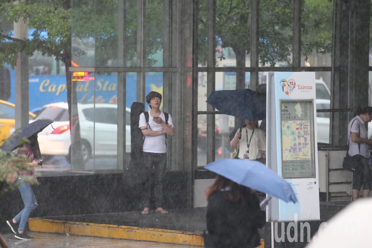 中央氣象局指出,這波鋒面降雨特性較為短暫急促,當對流胞經過時仍易有短時強降雨發生...