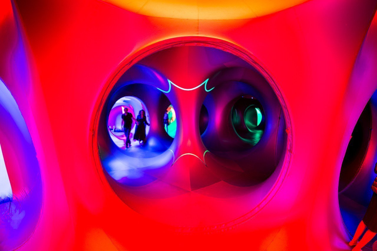 「光影幻境」是空氣建築團隊AOA最具代表性的作品之一,僅透過太陽光投射進入手工染...
