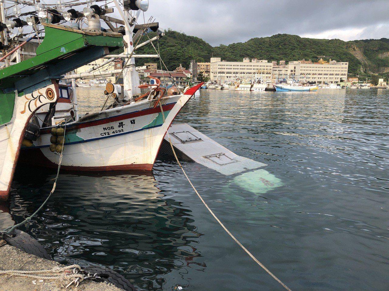 八斗子漁港今天早上穿出有三輛車落海。圖/基隆區漁會提供