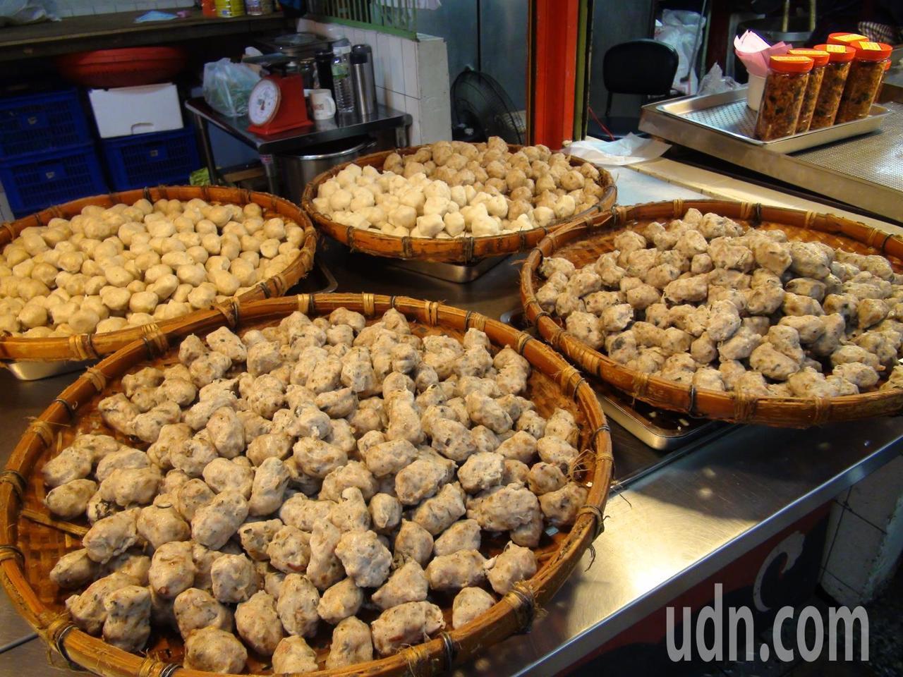 台中第五市場丸東商號,連續10年在母親節前辦「香菇丸買一送一活動」。記者余采瀅/...