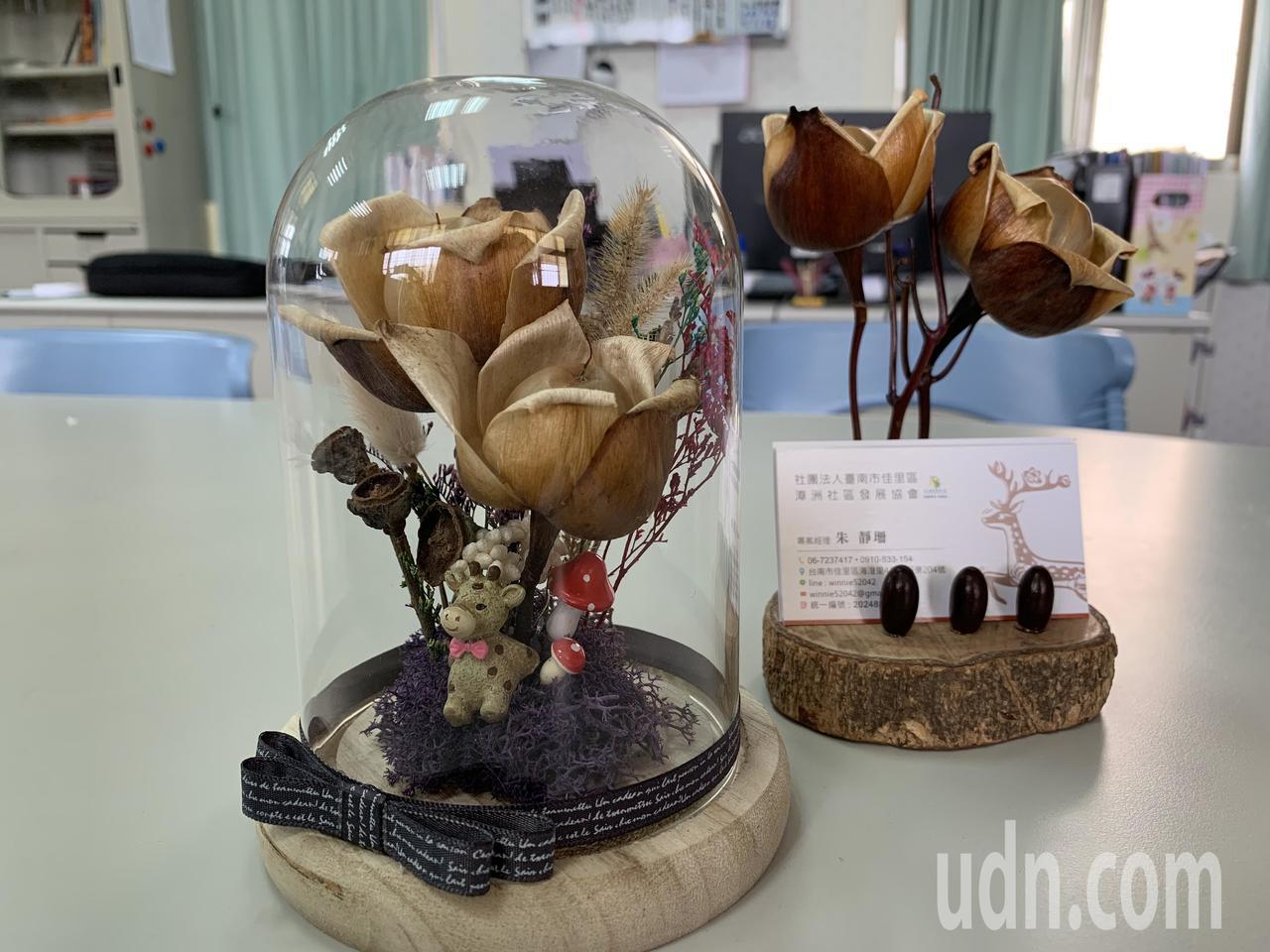 台南佳里區漳洲社區木玫瑰文創商品有上百種。記者吳淑玲/攝影