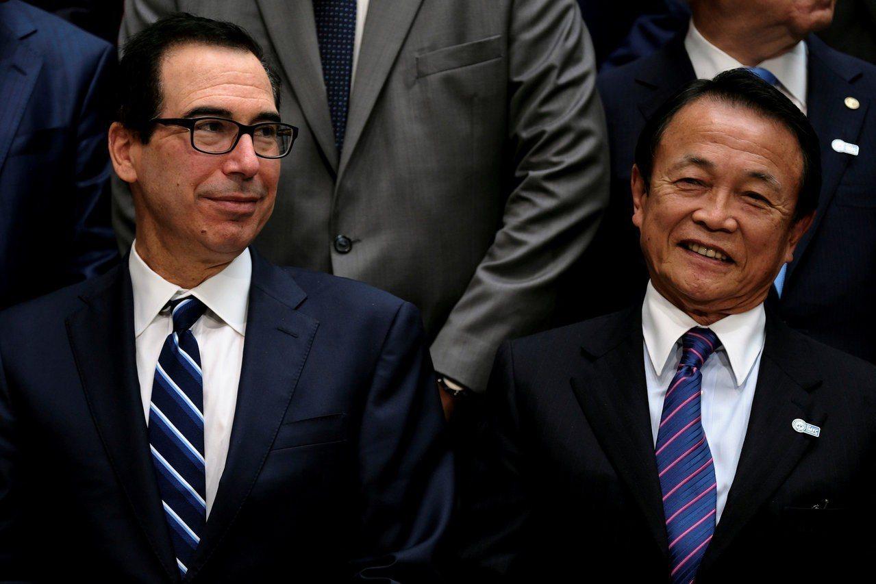 日本副首相兼財務大臣麻生太郎(右)與美國財政部長米努勤(左)在華府舉行會談。路透