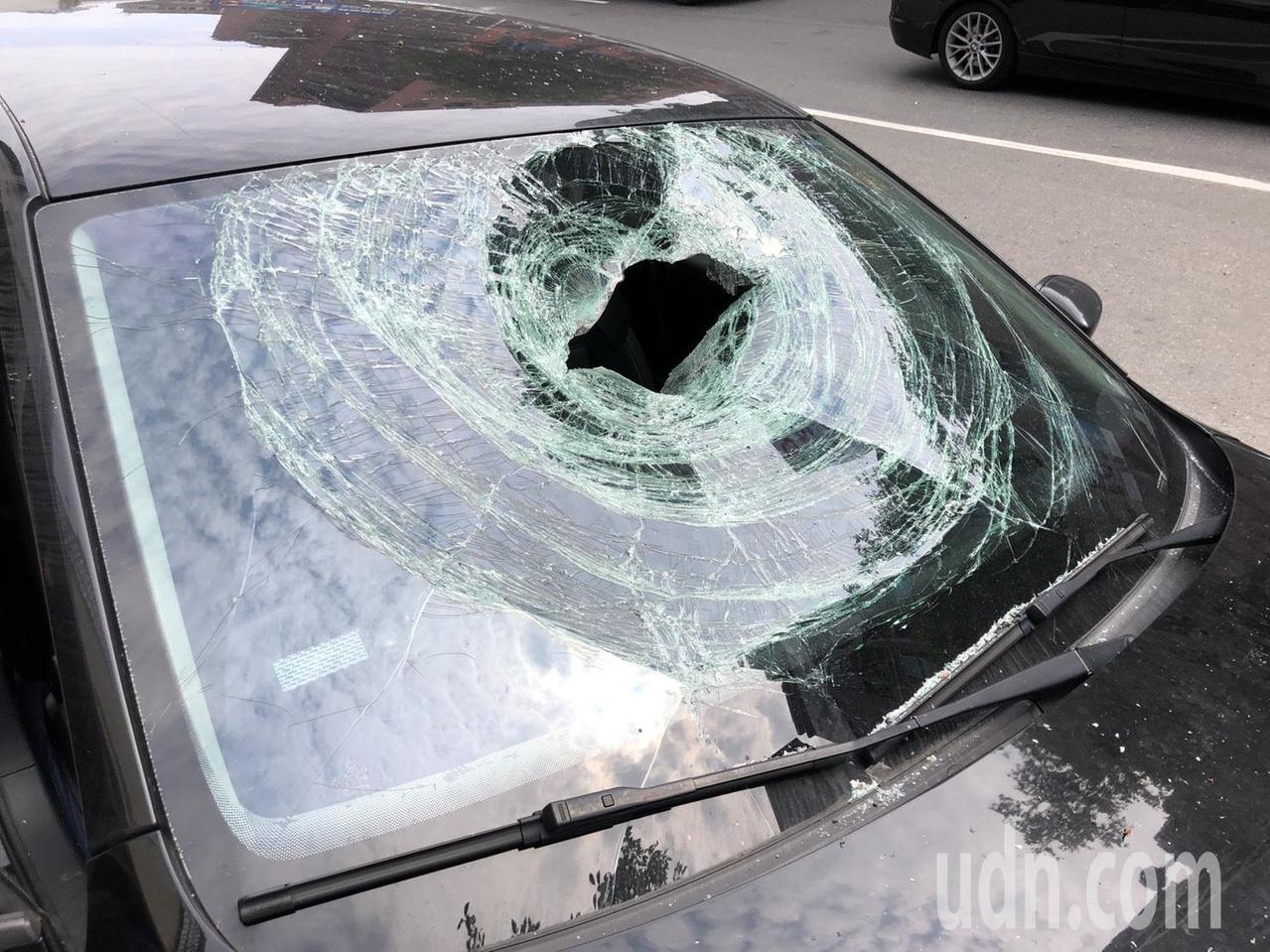 爆炸噴飛落石擊中擋風玻璃後落在副駕駛座,無人受傷。記者王騰毅/攝影