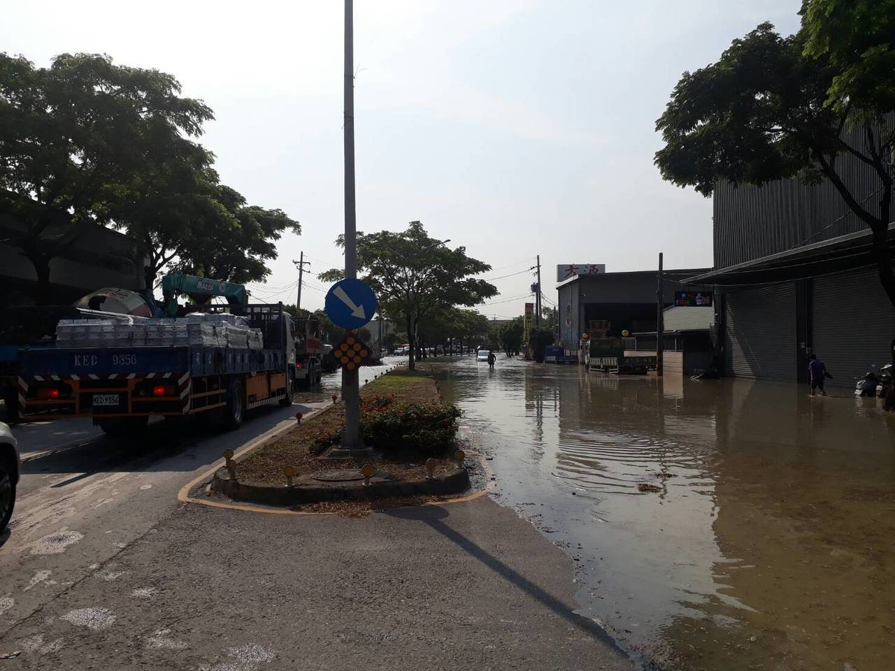 高雄市鳥松區神農路發生自來水管線破裂,路面積水宛如大雨來襲。記者徐白櫻/翻攝