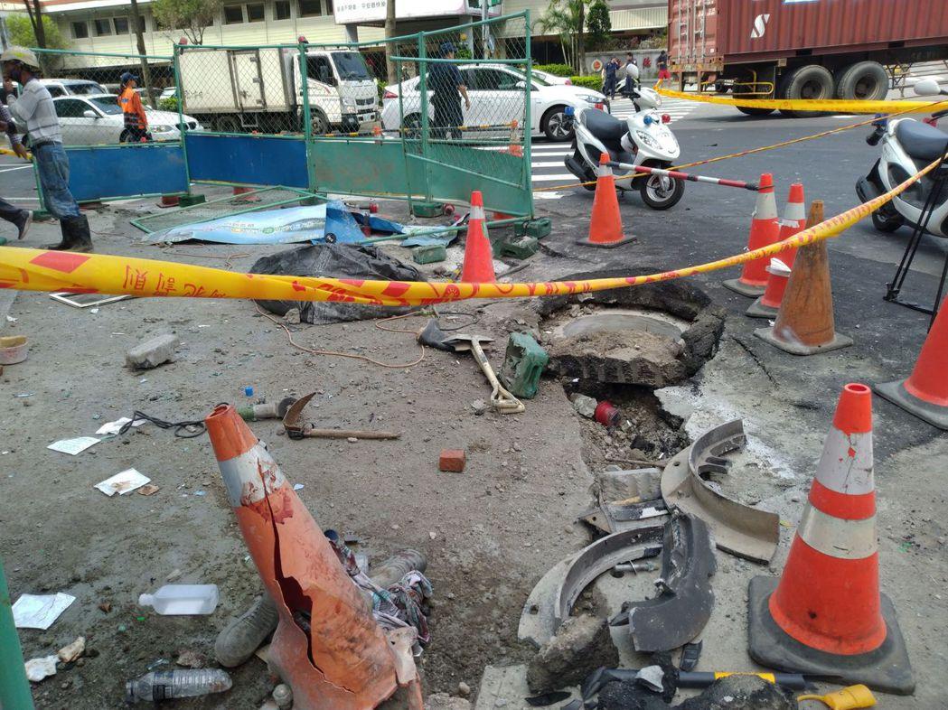 新北市板橋區今天有工人在進行人行道鋪面工程時,發生疑似下水道沼氣爆炸,瞬間冒出約...