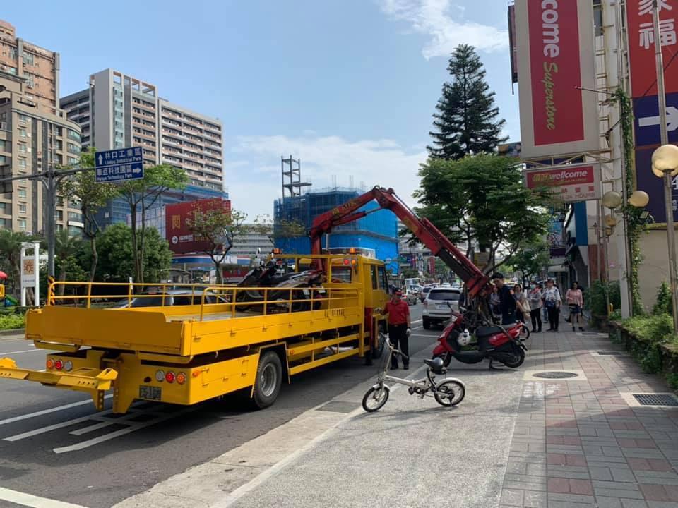 警大退休教授葉毓蘭在臉書發文說,在桃園龜山路邊看到違停機車被拖吊,想拍照紀錄稱許...