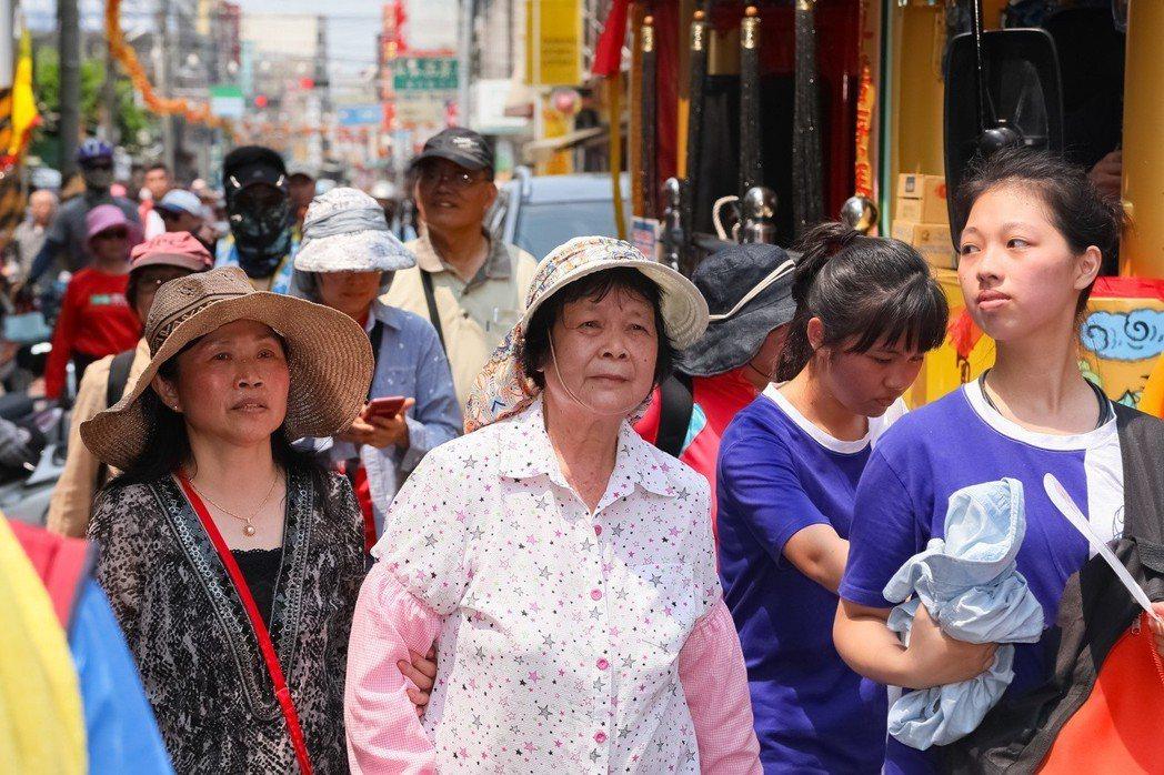 76歲的劉姓阿嬤經過治療後,不僅能蹲,還能參與媽祖遶境。圖/張毓翰提供