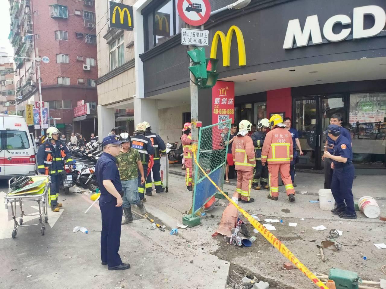 新北市板橋區板城路與溪城路麥當勞速食店前發生氣爆意外,造成3名工人受傷送醫,巨大...
