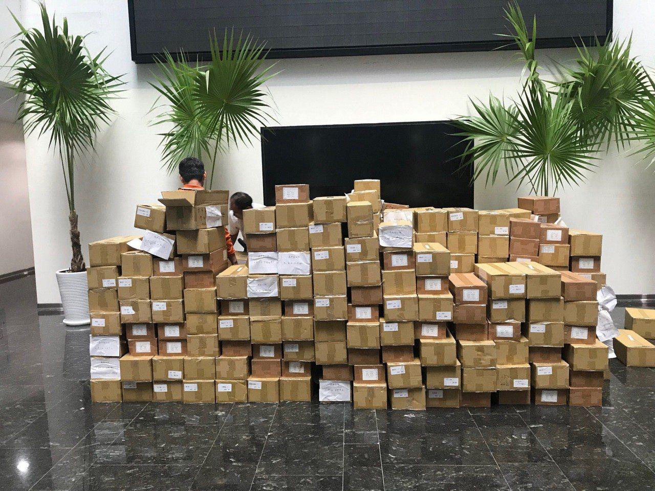 台中花博落幕後,尚未發出的144萬張花博卡在議會展示後,先收藏在交通局倉庫,等市...