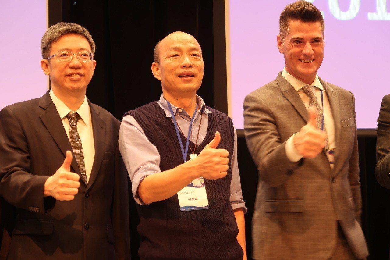 高雄市長韓國瑜(中)、教育部資訊及科技教育司長郭伯臣(左)與微軟全球副總裁Ant...