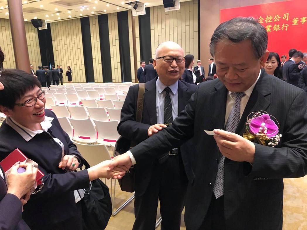 典禮結束後,華南金、銀新任董事長張雲鵬與老同事、老長官一一握手。記者林子桓/攝