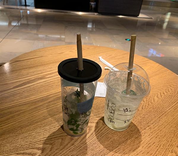 上海和深圳近1000家星巴克門店,開始停止提供塑膠吸管,推出可替代吸管的直飲杯蓋...