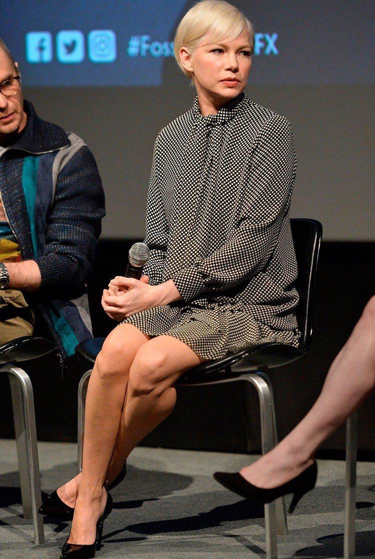 蜜雪兒威廉絲身穿CELINE秋冬黑色圓點洋裝與高跟鞋。圖/CELINE BY H...