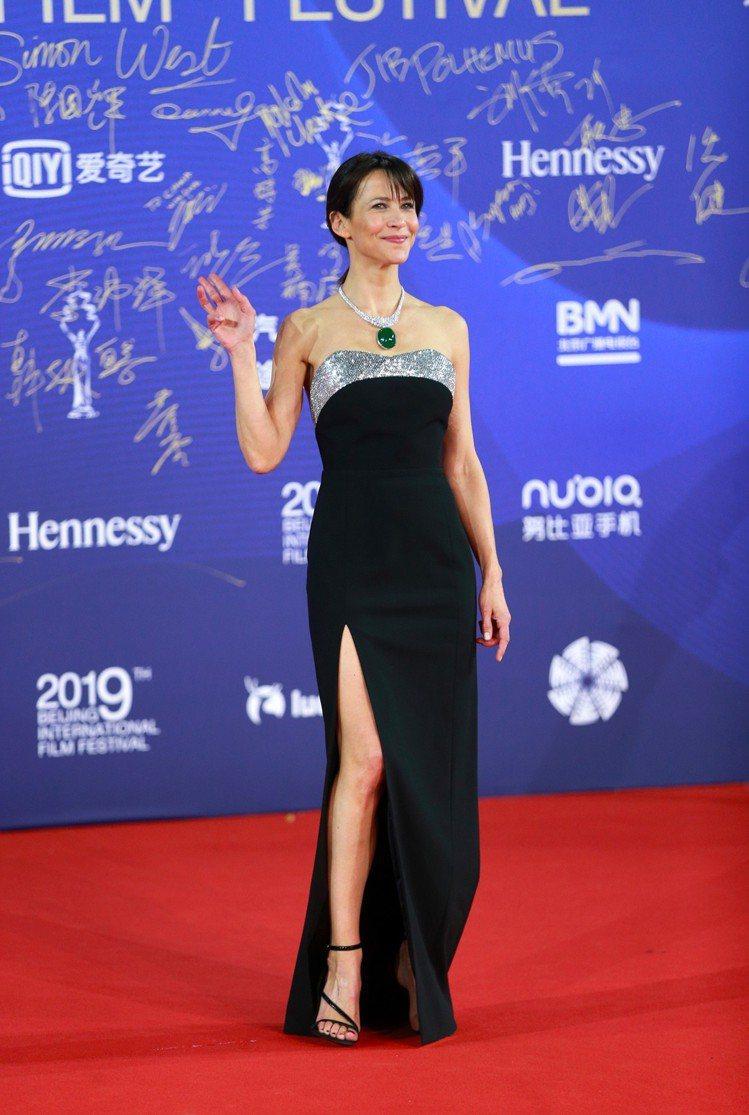 蘇菲瑪索身穿CELINE訂製長裙與黑色高跟涼鞋,高雅頎長。圖/CELINE BY...