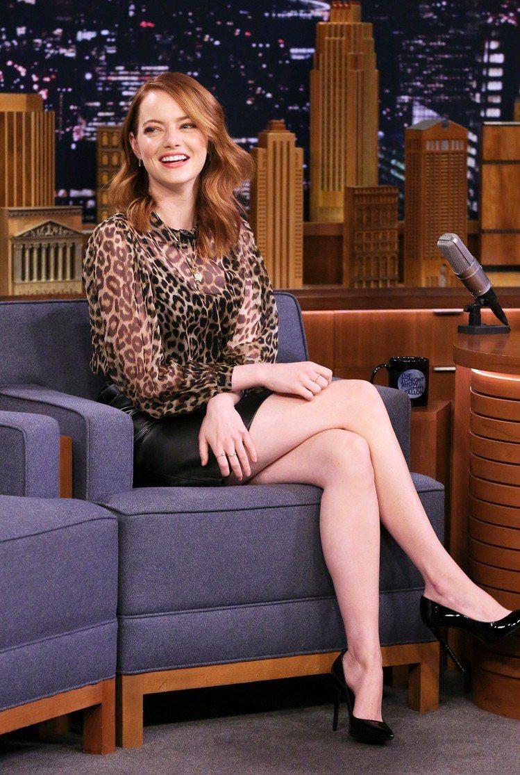 艾瑪史東身穿CELINE豹紋上衣、黑色皮裙與漆皮高跟鞋,錄製電視節目。圖/CEL...