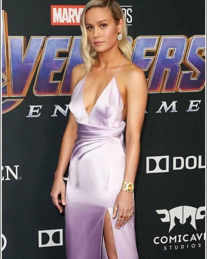 布麗拉森穿淡紫色CELINE長裙,性感美胸大方露。圖/取自IG