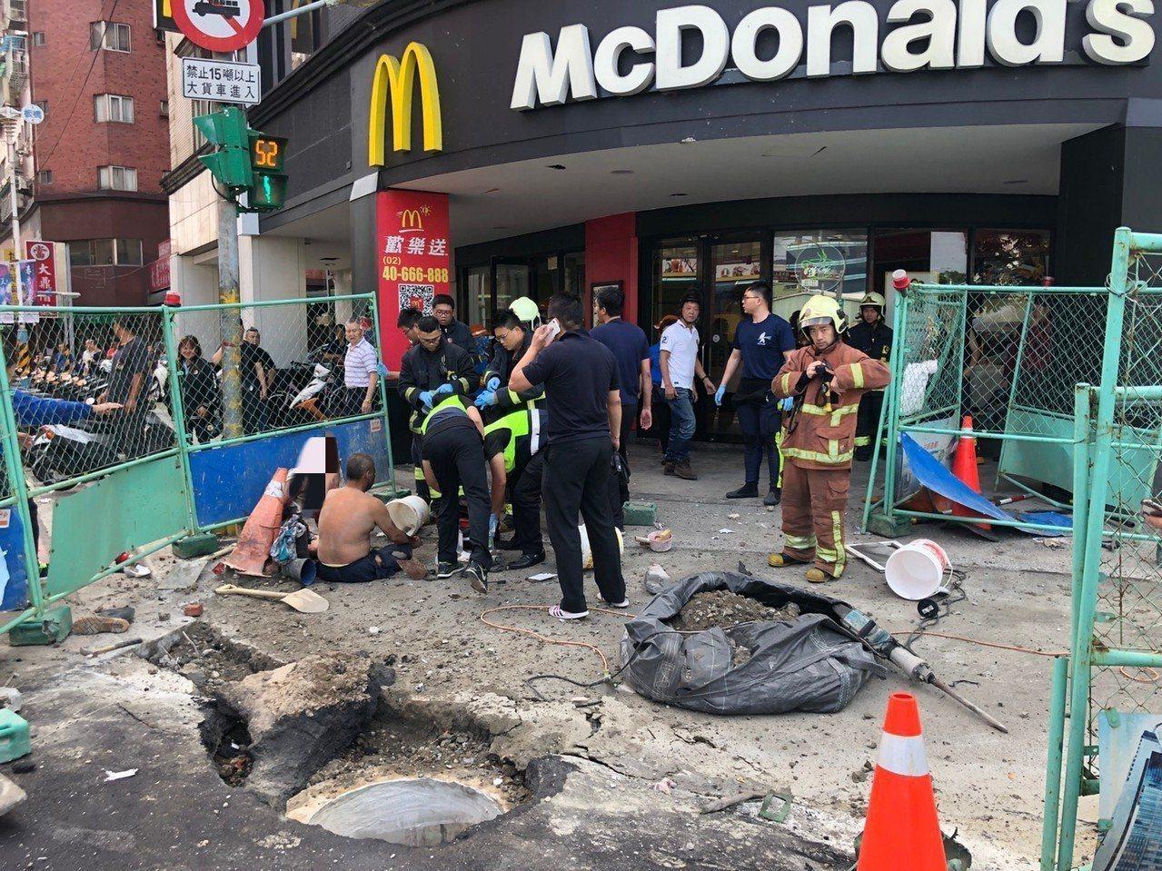 3名施工工人遭炸傷,警消在現場處理。記者王騰毅/攝影
