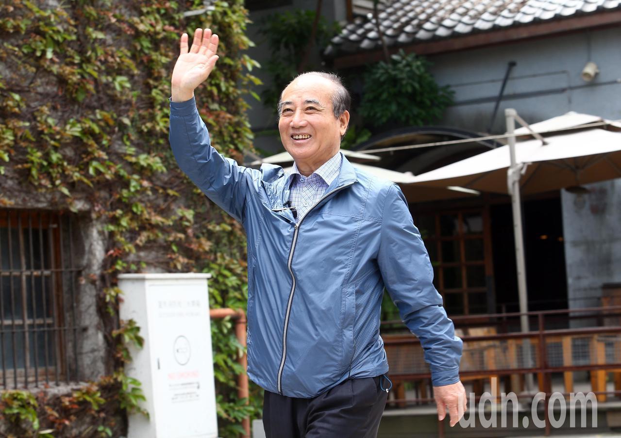立法院前院長王金平上午參訪台灣文博會,來到會場時,向老朋友揮手致意。記者杜建重/...
