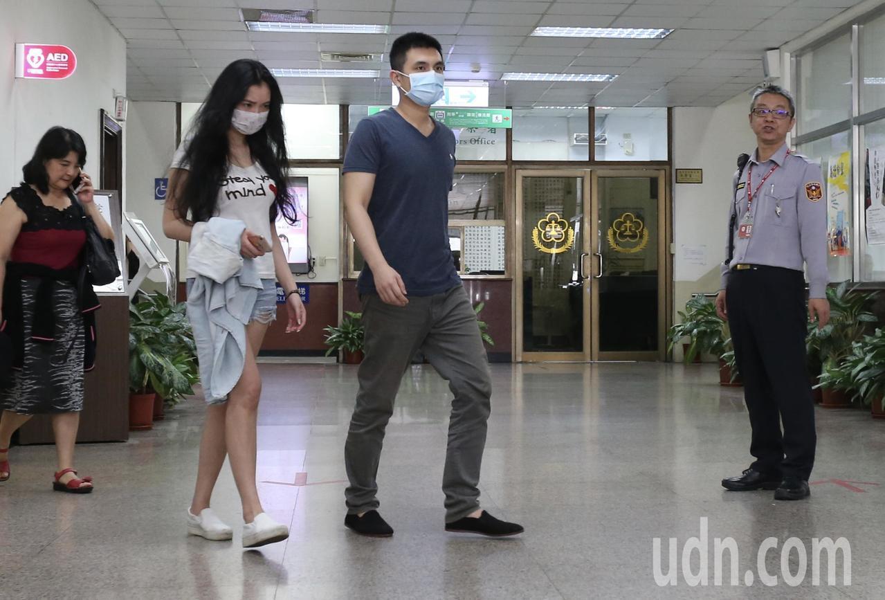 高院裁定洪聖晏(中)15萬元交保,洪在家人陪伴下離開高院。記者許正宏/攝影