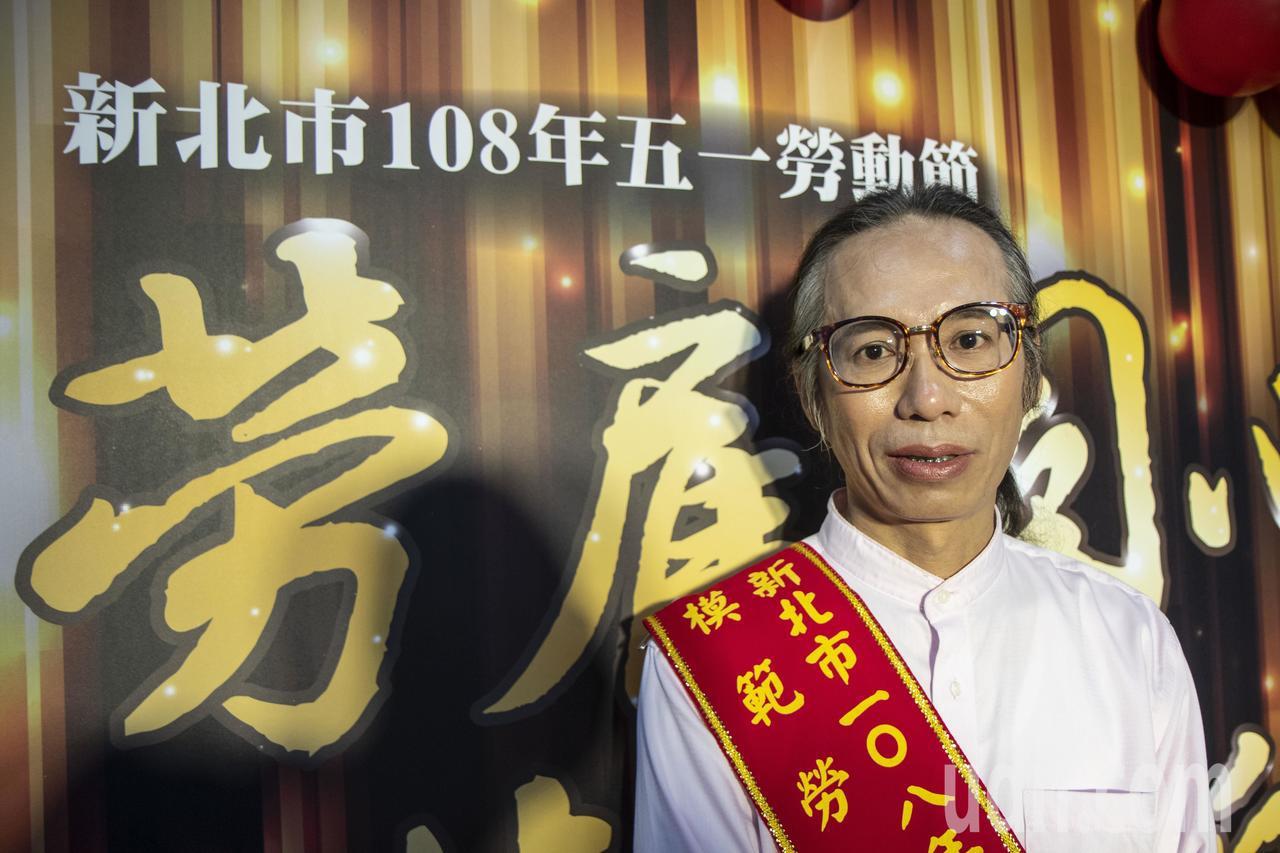 新北勞工局模範勞工頒獎,吳燦城特地上妝出席受獎,他說,他的人生過程可以讓更多單親...