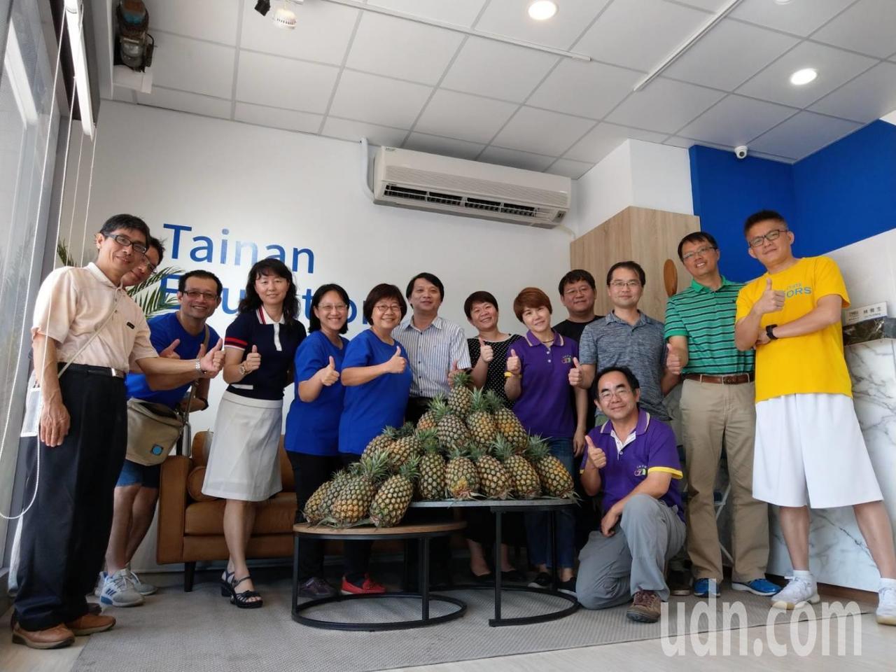 台南市教育產業工會呼籲台南市9000個教師會員都來採購鳳梨。圖/工會提供