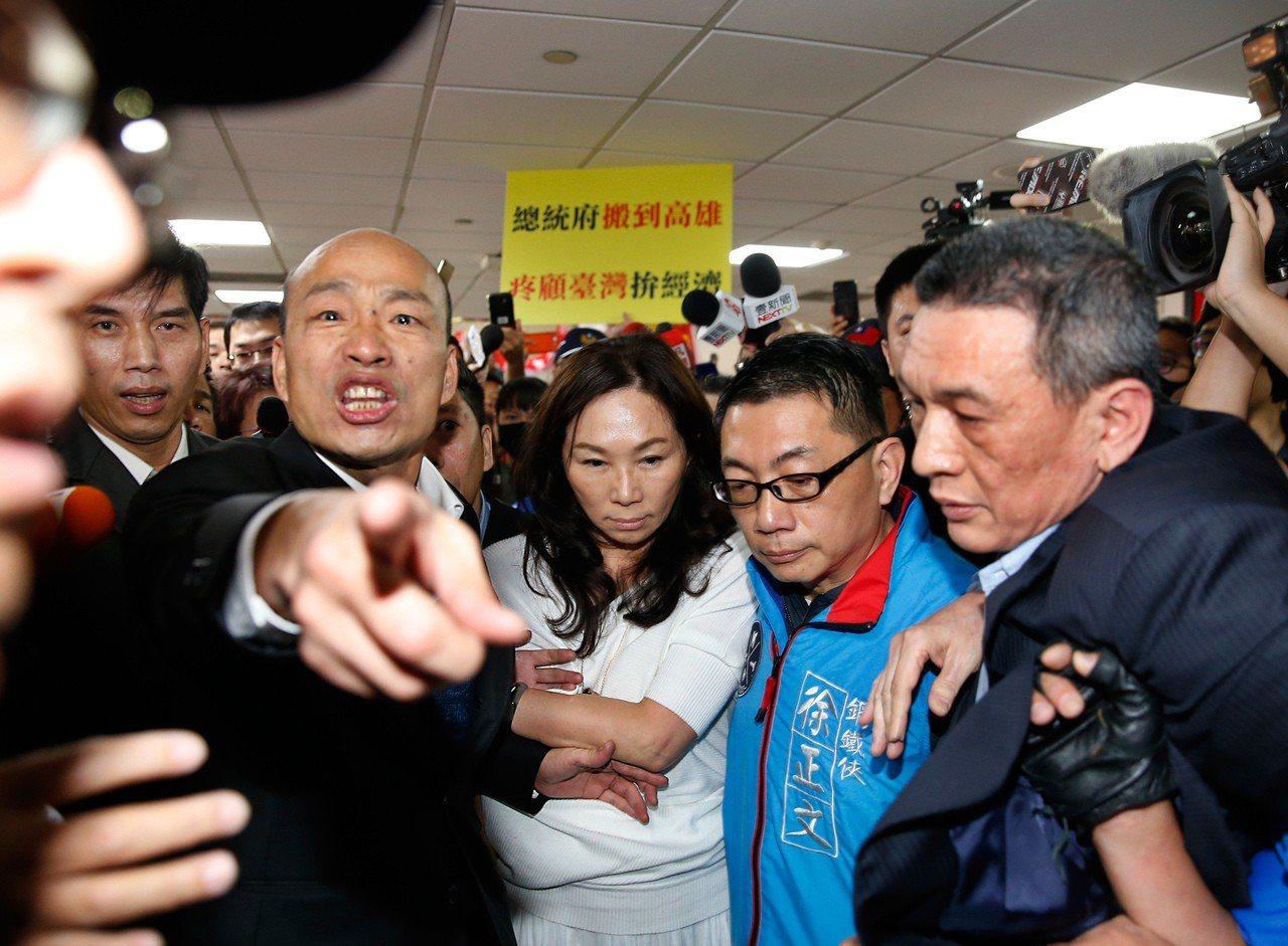 韓國瑜近日飛刀三連發,先罵了三任總統,再說國防靠美國,最新一刀又射向國民黨,批評...