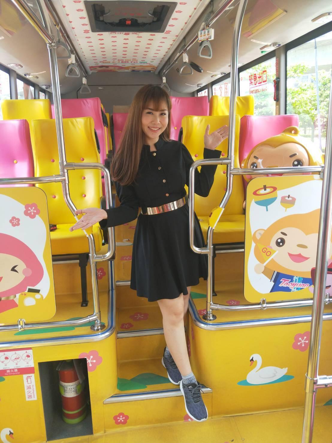 泰國網紅Pavielin讚賞台灣好行客運車色彩和造型。圖/桃園市觀旅局提供