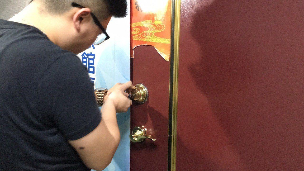 徐豪雄請鎖匠到場打開辦公室大門。記者李隆揆/攝影