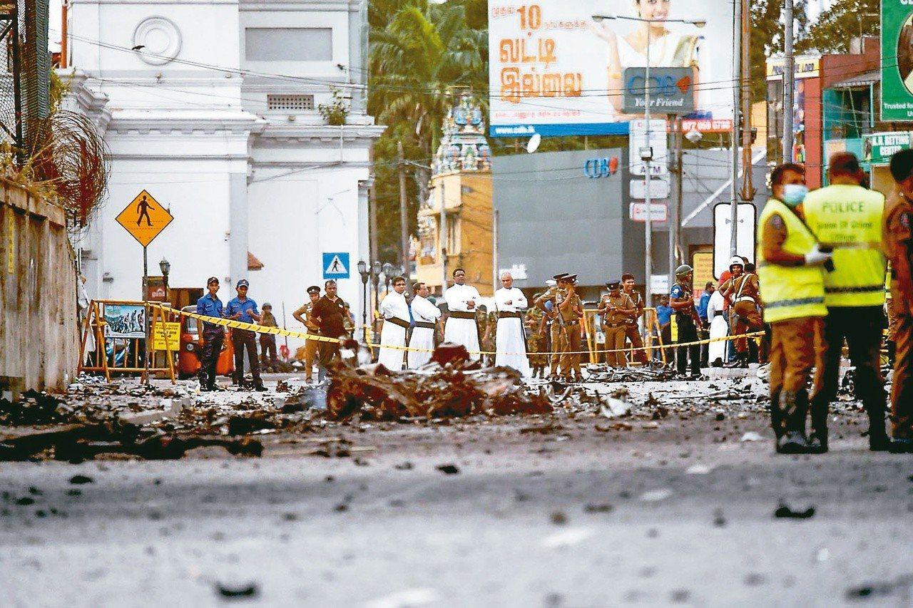 斯里蘭卡首都可倫坡的聖安東尼教堂21日遭炸彈攻擊,警方封鎖現場。 法新社