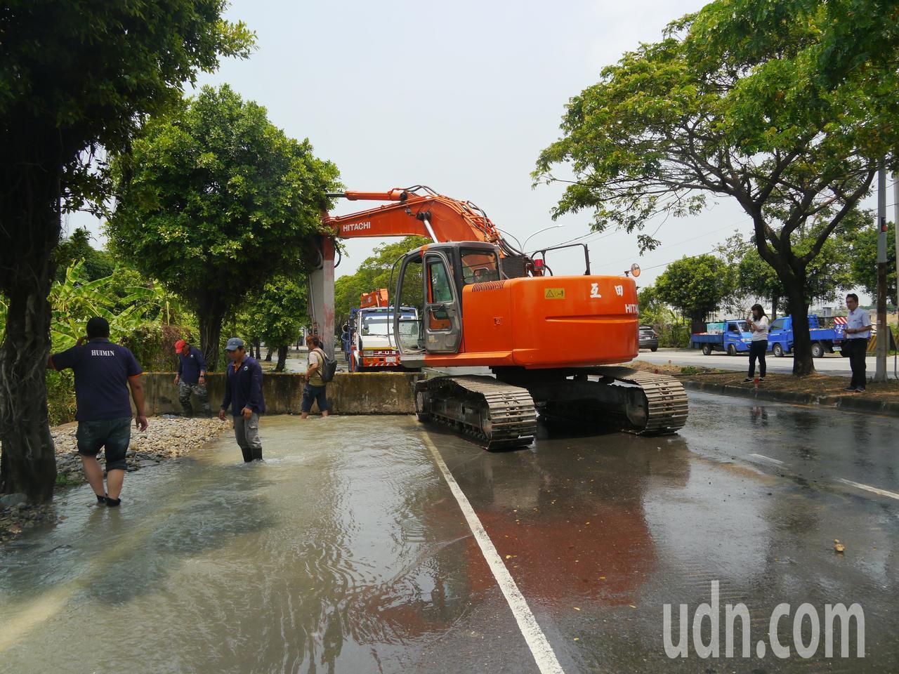 自來水公司七區管理處人員關閉水管,將進行管線修復施工。記者徐白櫻/攝影