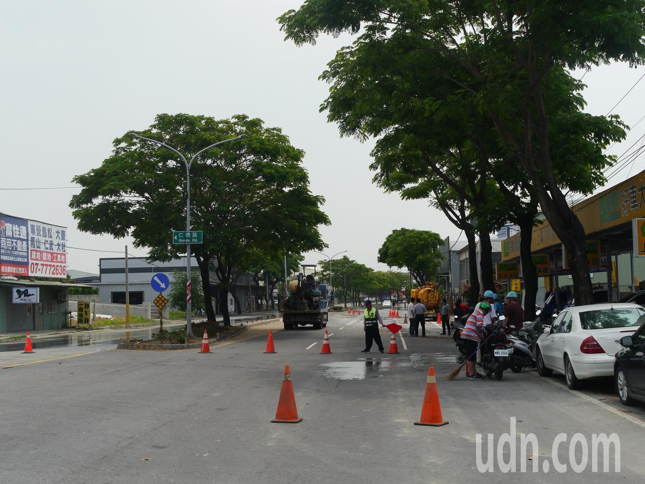 高雄鳥松區神農路仁德路段單向封閉,須待水公司開挖修復管線。記者徐白櫻/攝影