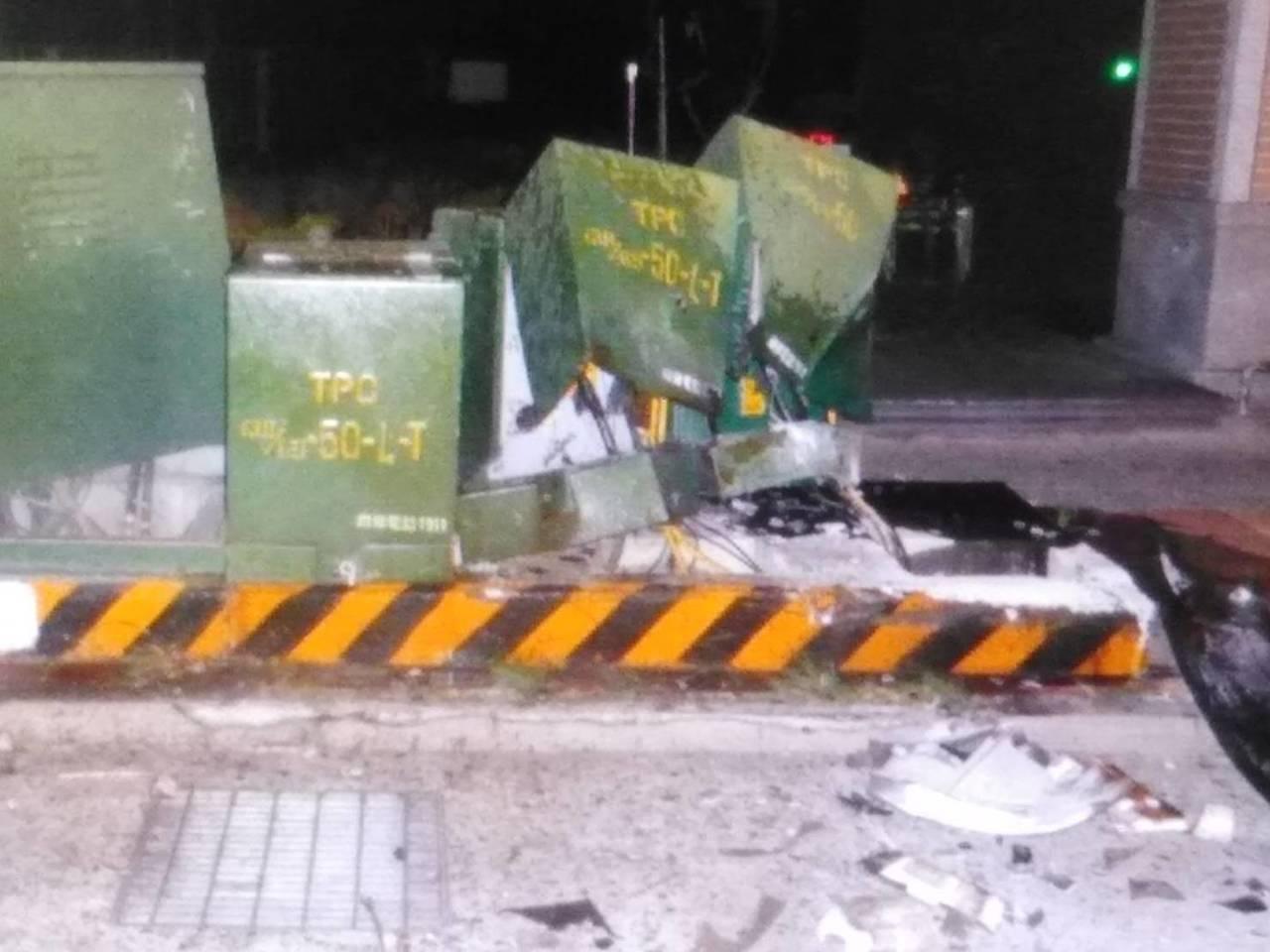 邱男疑似疲勞駕駛,今晨在大雅區中清路三段自撞變電箱,車頭嚴重毀損、2座變電箱遭連...