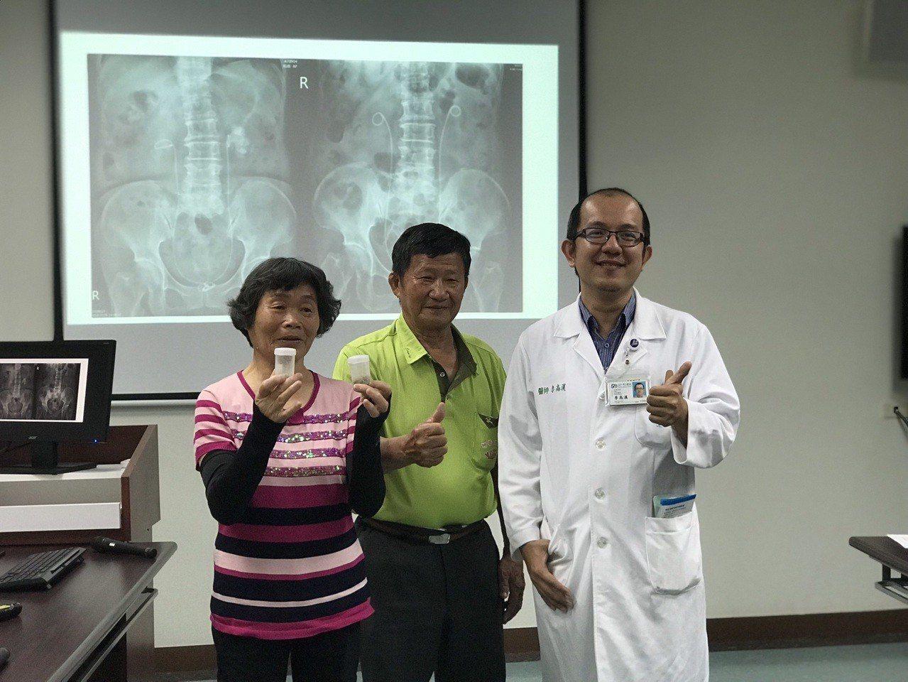 73歲楊姓婦人(左)因檢查發現腎功能不良,轉介到奇美醫學中心腎臟科檢查,後續還發...