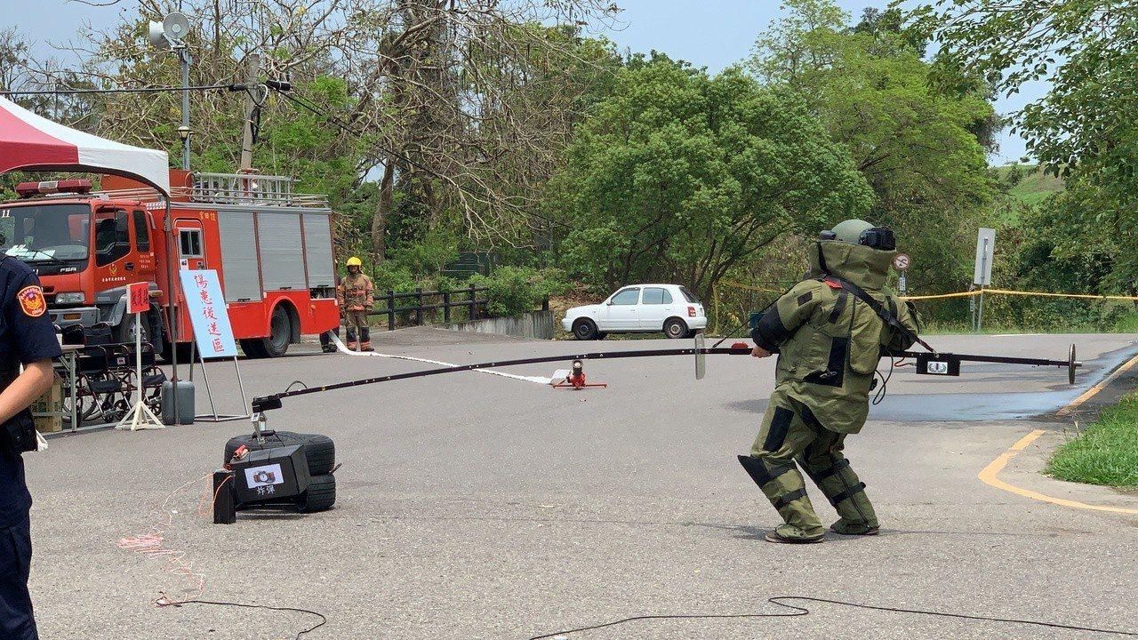 台南市警局麻豆分局今天在烏山頭水庫舉辦反恐演練,過程逼真。記者吳淑玲/攝影