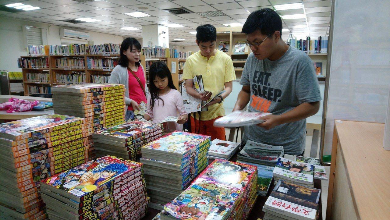 高雄市立圖書館的年度過期期刊販售會,吸引許多民眾前來「挖寶」。圖/高市圖提供