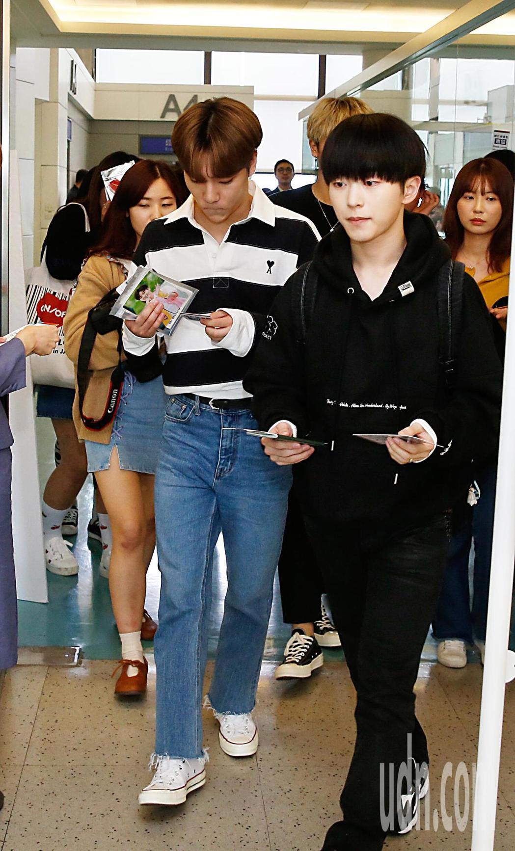 韓團ONF中午抵台,有不少粉絲跟著他們同班機一起抵達。記者鄭超文/攝影