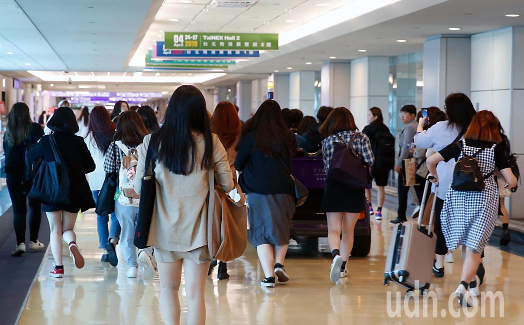 韓星南優鉉下午抵台,隨後搭乘商務中心的車輛經由VIP通關入境,超過30位粉絲不捨...
