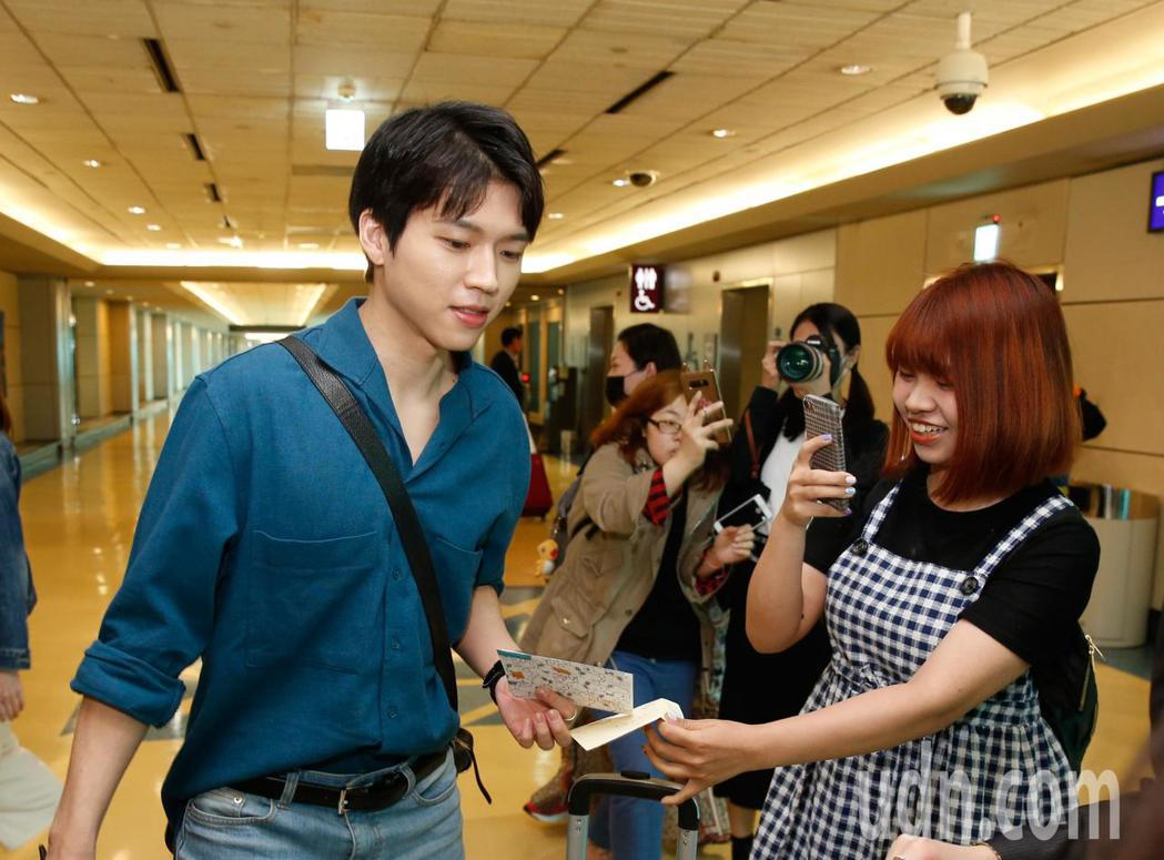 韓星南優鉉下午抵台,粉絲邊拍照邊送信。記者鄭超文/攝影