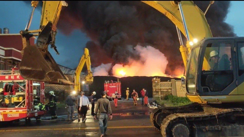 彰濱線西區本月21日發生廢輪胎場大火,造成嚴重空汙並帶有有害氣體,但環保團體質疑...